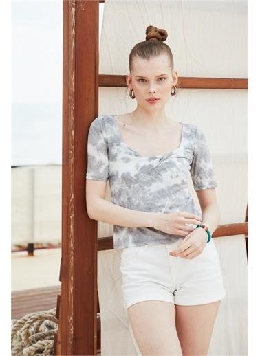 Latin Quarter Kare Yaka Önü Burgu Detaylı Supima® T-shirt Gri
